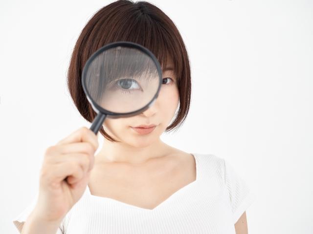 虫眼鏡を覗く
